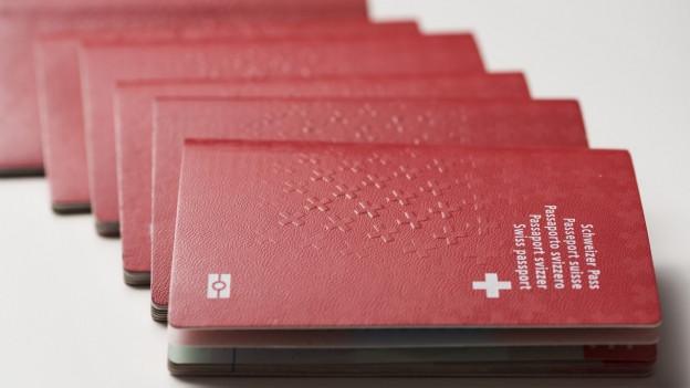 Schweizer Pässe auf weissem Hintergrund: Nur wenige machen vom Recht Gebrauch, sich erleichtert einbürgern zu lassen.
