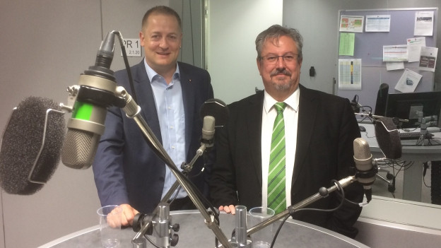 """Die Nationalrät Beat Arnold (SVP, Uri) und Beat Flach (GLP, Aargau) sehen nach der Diskussionssendung """"Politikum"""" neben den Mikrofonen im Radiostudio in Bern."""