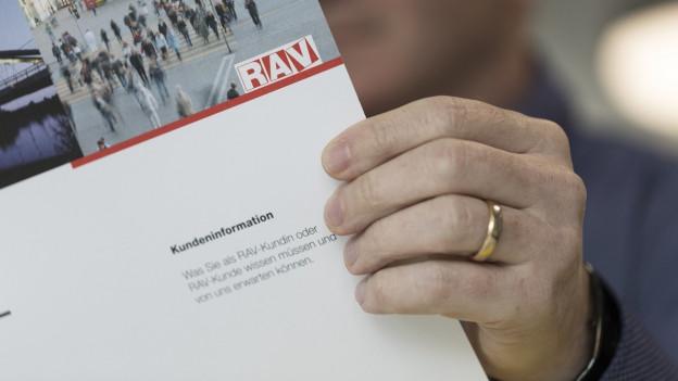 Zu sehen ist ein Prospekt des RAV mit Informationen für Stellenlose.