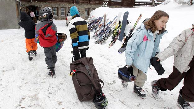 Kinder auf dem Weg ins Skilager.