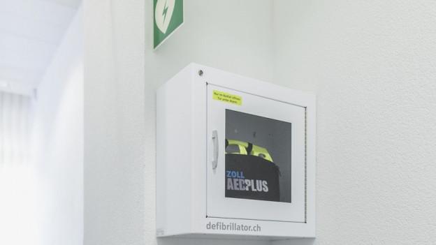 Ein Defibrilator in einem Büro der Verwaltung in Zürich.