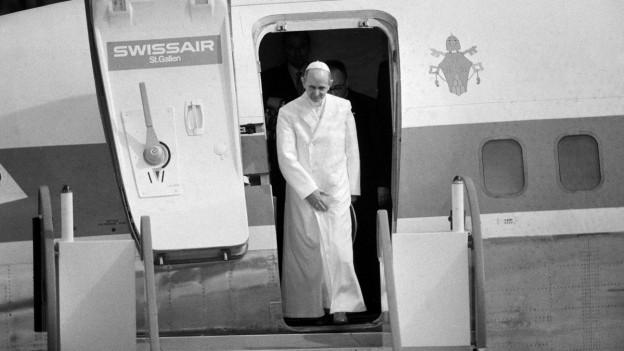 Papst Johannes Paul tritt im Jahr 2004 nach seiner Landung in der Schweiz aus der Tür einer Swissair-Maschine.
