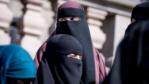 Frauen in Burkas.