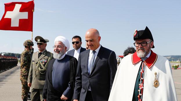 Bundespräsident Alain Berset, rechts, begrüsst den iranischen Präsidenten Hassan Rohani, links, während Rohanis offiziellen Besuch in der Schweiz am Flughafen Zürich in Kloten, Montag, 2. Juli 2018.