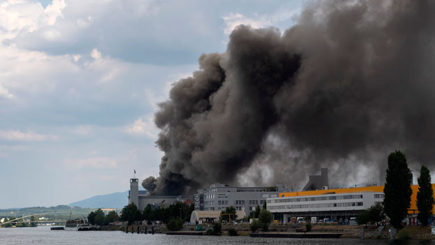 Im Basler Rheinhafen ist ein Altholzlager in Brand geraten. Um etwa 14 Uhr waren offen gestapelte ausrangierte Bahnschwellen am Westquai unweit des Dreiländerecks in Flammen aufgegangen; eine Rauchsäule war in weitem Umkreis sichtbar.