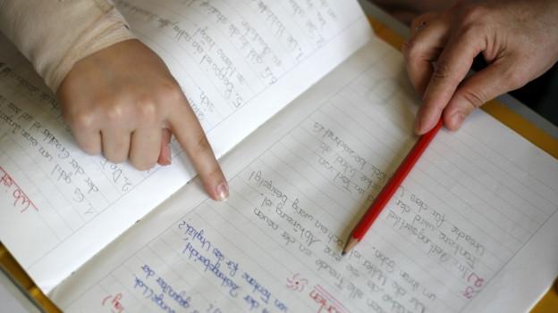 Eine Schülerin in Basel erhält Nachhilfe.