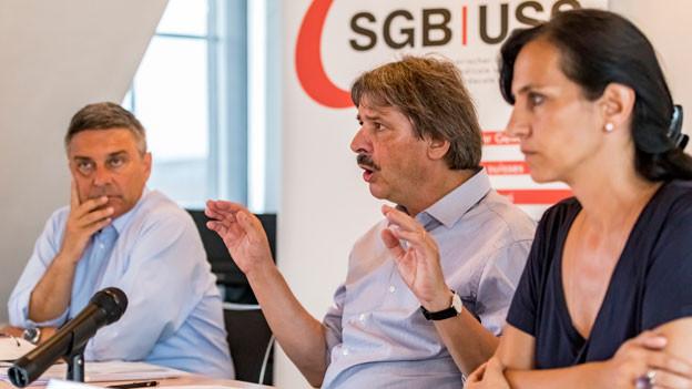 Giorgio Tutti, Präsident Gewerkschaft des Verkehrspersonals SEV, Paul Rechsteiner, Präsident SGB und Vania Alleva, Präsidentin Gewerkschaft Unia, von links nach rechts.