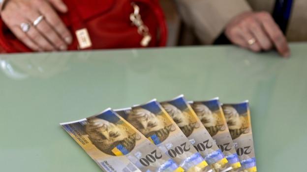 Geld liegt auf einem Tisch.