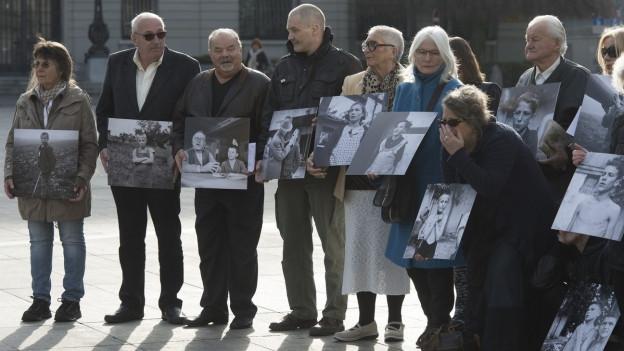 Das Bild zeigt Opfer fürsorgerischer Zwangsmassnahmen bei einer Demonstration vor dem Bundeshaus im Jahr 2014.