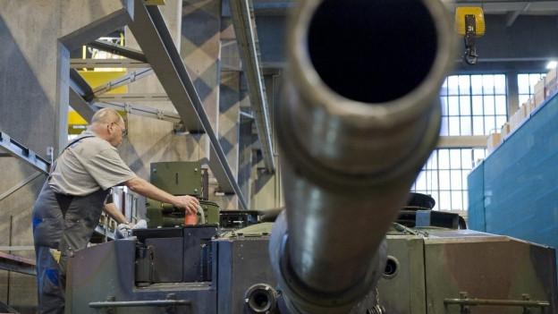 Das Bild zeigt einen Mitarbeiter des Rüstungskonzerns Ruag bei der Arbeit an einem Panzerrohr in einer Werkstatt in Thun.