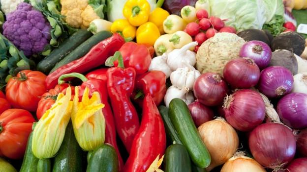 Obst und Gemüse liegt an einem Präsentationstand aus.