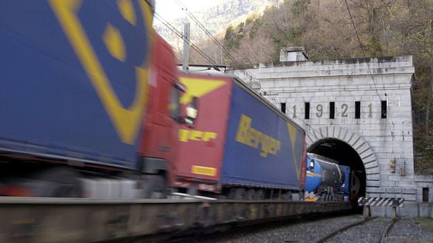 Zwar hat es weniger Lastwagen auf der Strasse, aber das Ziel der Alpeninitiative ist noch nicht erreicht.