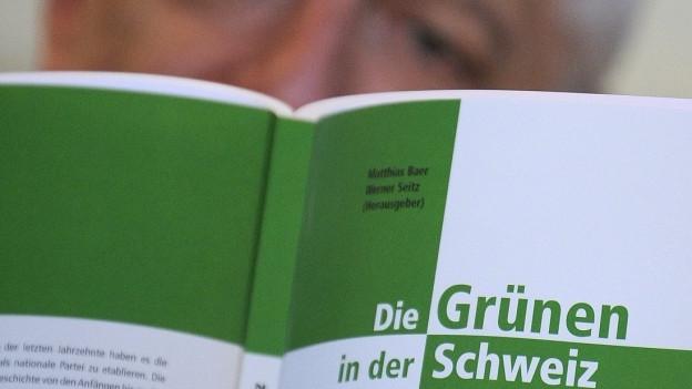 Das Bild zeigt das Buch «Die Grünen in der Schweiz» von Werner Seitz.