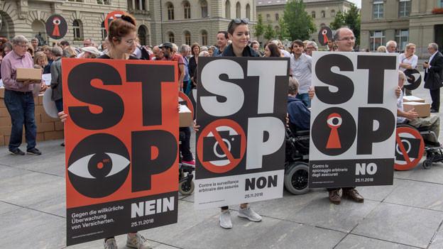 Die Initianten auf dem Bundesplatz vor dem Einreichen das Referendums gegen Versicherungsspione mit über 50'000 Unterschriften am 5. Juli 2018 in Bern.