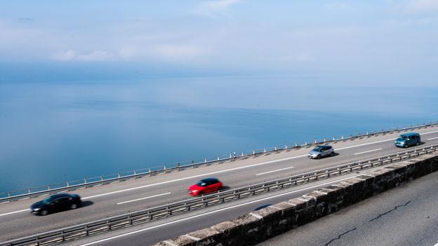Auf Autobahnen soll das Rechtsvorbeifahren erlaubt sein.