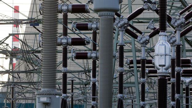 Symbolbild. Stromleitungen und Isolatoren.