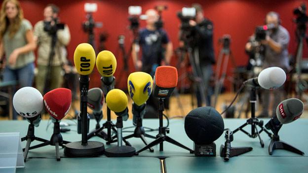 Mikrofone an einer Medienkonferenz.