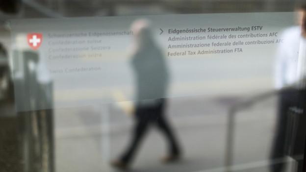 Eingangstüre der Eidgenössischen Steuerverwaltung in Bern.