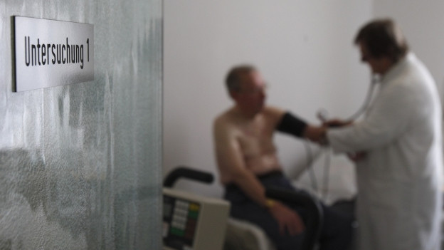 Arzt untersucht Patienten (Symbolbild).