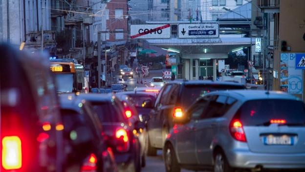 Autos bei der Tessiner Grenze stauen sich im Morgengrauen