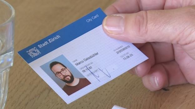 Ein Mann zeigt siene «City-Card».