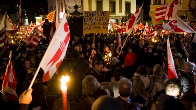 Auf dem Bild sind Demonstranten mit Fackeln zu sehen die durch Moutier marschieren