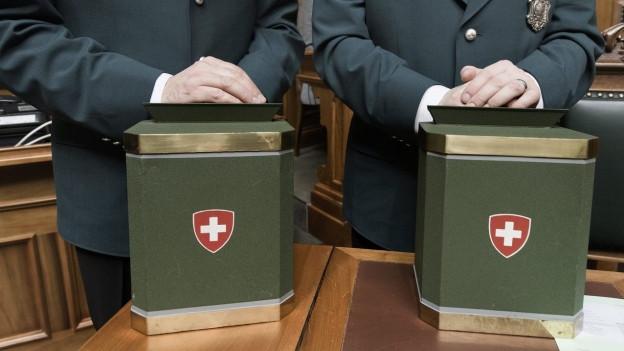 Welche Namen sind auf welche Stimmzettel geschrieben? Zu sehen sind Weibel während einer Wahl in der Bundesversammlung.