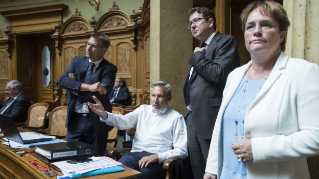Toni Brunner, Adrian Amstutz, Albert Rösti und Magdalena Martullo-Blocher von der SVP verfolgen die Debatte um die Volksinitiative «Schweizer Recht statt fremde Richter» (Selbstbestimmungsinitiative) während der Sommersession der Eidgenössischen Räte (Archiv).