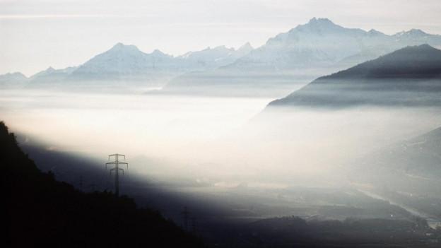 Zu sehen ist Smog über dem Rhonetal: das Parlament debattiert über Klimaschutz und die Bekämpfung der Luftverschmutzung.