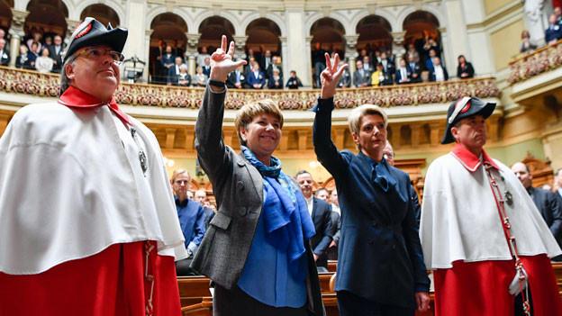 Die neu gewählten Bundesrätinnen Viola Amherd, CVP-VS, links und Karin Keller-Sutter, FDP-SG, bei der Vereidigung.