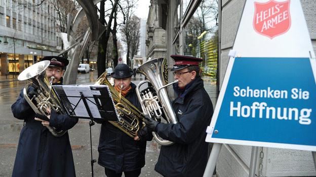 Musiker der Heilsarmee musizieren vor der Weihnachtszeit und sammeln so Gelder.