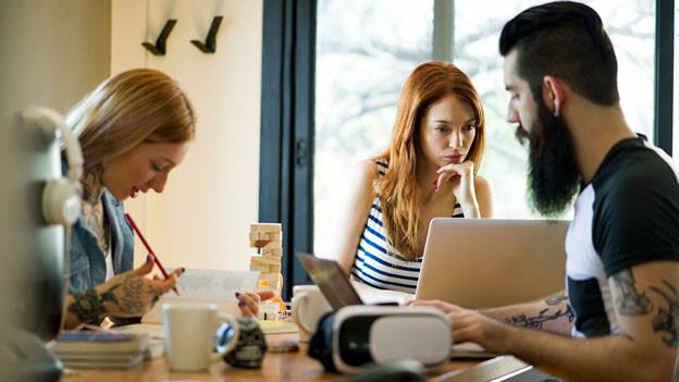 Junge Menschen in einem Cowork-Arbeitsplatz. Symbolbild.