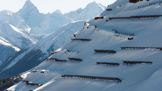 Lawinenverbauungen unterhalb dem Schiahorn in Davos, Graubünden.