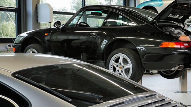 Luxusautos in einer Garage.