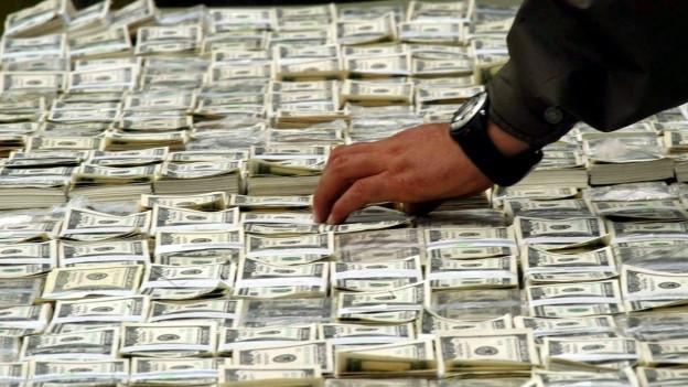 Auf dem Bild zu sehen sind beschlagnahmte Dollarbündel