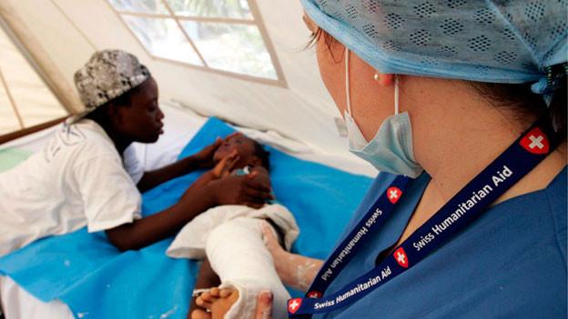 Symbolbild. Eine Ärztin kümmert sich um ein Kind in Haiti.