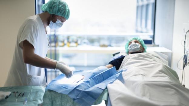 Ein Arzt operiert einen Patienten.