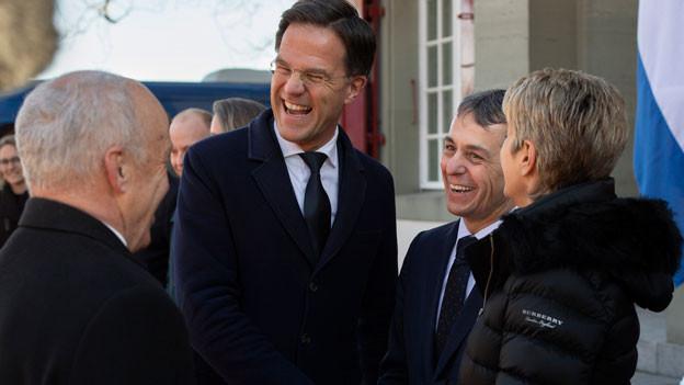 Der niederländische Ministerpräsident Mark Rutte, (Zweiter von links), mit Bundespräsident Ueli Maurer (links) Bundesrat Ignazio Cassis (Zweiter rechts) und Bundesrätin Karin Keller-Sutter (rechts) beim Treffen am Mittwoch, 13. Februar 2019 auf dem Landgut Lohn in Kehrsatz bei Bern.