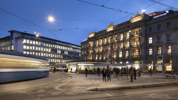 Der Zürcher Paradeplatz mit Blick auf UBS und Credit Suisse.