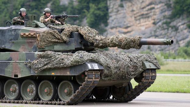 Ein Panzer der Schweizer Armee auf dem Militärflugplatz Meiringen am 17. Juni 2016.