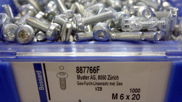 Bossard-Gruppe in Zug stellt in ihrer Fabrik Schrauben her.