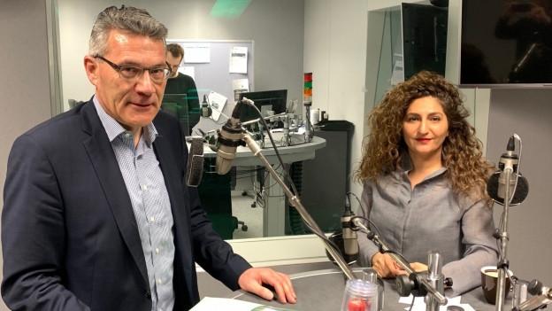 In der Sendung Politikum diskutieren Pirmin Schwander (SVP) und Sibel Arslan (Grüne).
