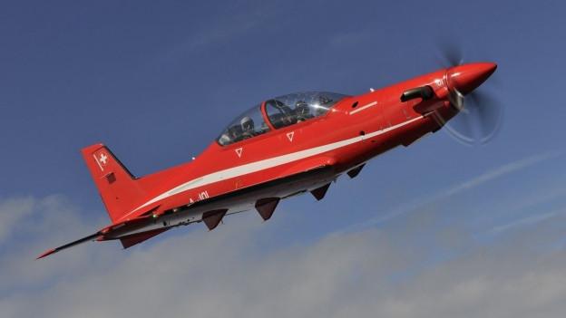 Das Bild zeigt ein Flugzeug des Typs PC-21 in der Luft.