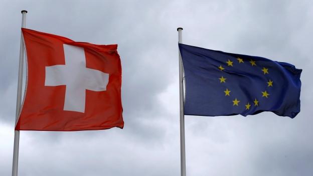 Flaggen der Schweiz und der EU.