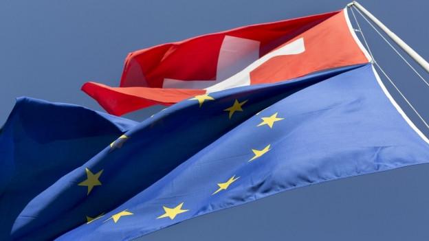 Die Schweizer und EU-Flagge.