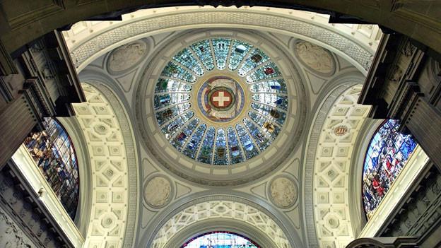 Schweizer Wappen in der Kuppelhalle in der Mitte des Bundeshauses in Bern.
