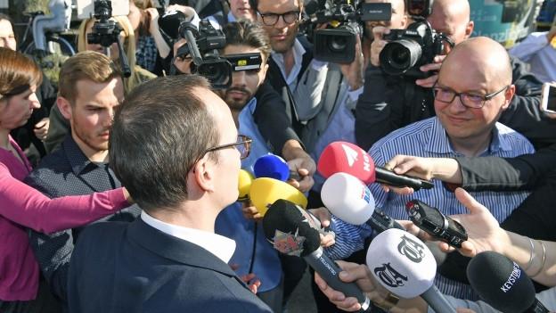 Der Wahlgewinner Martin Neukom umringt von Mikrofonen.