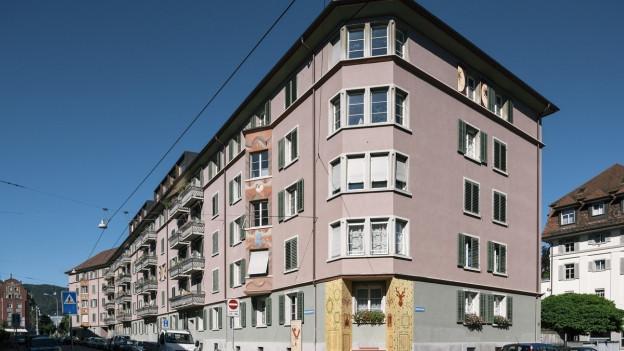 Das Bild zeigt ein Mehrfamilienhaus.