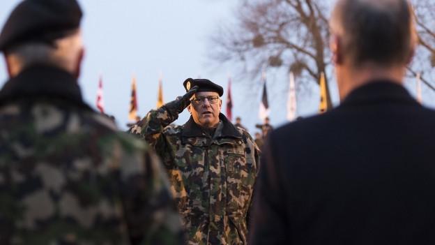 Noch Armee-Chef Philippe Rebord salutiert vor Bundesrat Guy Parmelin.
