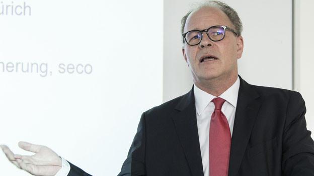 Boris Zürcher, Leiter der Direktion für Arbeit SECO. Die ALV musste weniger Geld auszahlen, weil es weniger Arbeitslose gab und Gutverdienende zahlen seit 2011 - zusammen mit ihren Arbeitgebern - ein Lohnprozent mehr in die Arbeitslosenkasse ein.